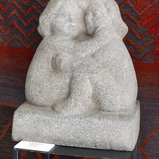 """Alvīne Veinbaha (1923-2011) """"Draudzība"""", 1984. Granīts, 54x45x29 cm. LMS muzejs"""